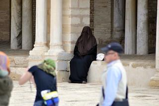 Mujer con Burca en la Gran Mezquita de Kairouan Kairouan, la cuarta ciudad más santa de la fe musulmana - 14125212531 9f6f672dcc n - Kairouan, la cuarta ciudad más santa de la fe musulmana