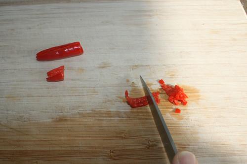 19 - Chilis zerkleinern / Mince chilis