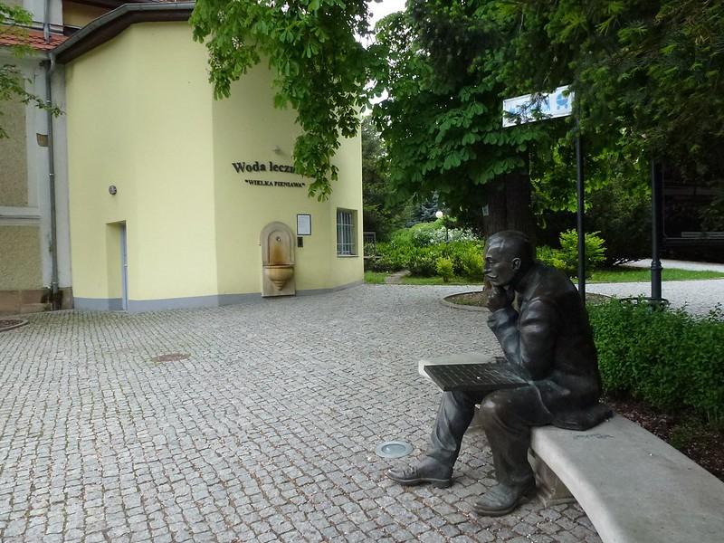 Akiba Rubinstein przed Pijalnią w Polanicy-Zdrój