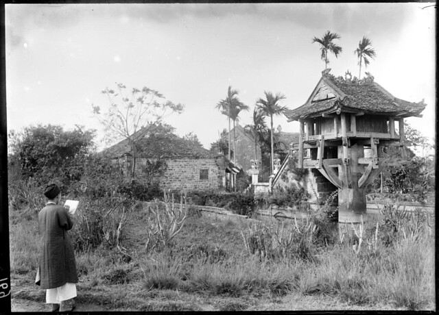 1898 Tonkin. Hanoï - Nghệ nhân thêu Phan Van Khoan vẽ hình Chùa Một cột để thêu