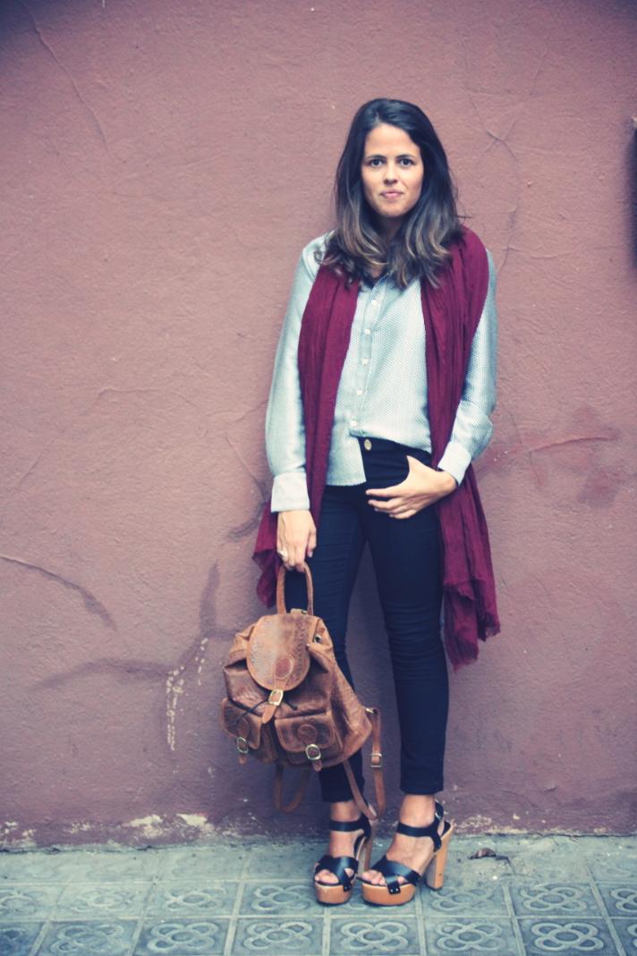 Look Camisa estampada + mochila de cuero