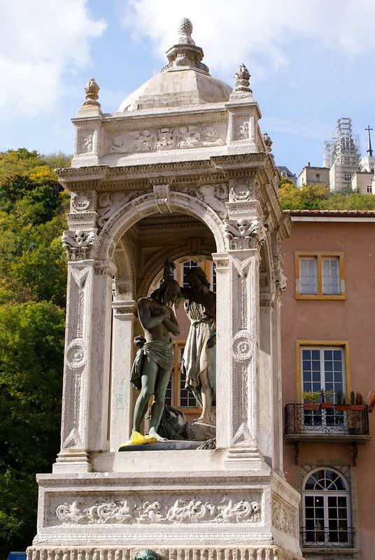 Statut de Jean-Baptiste devant la cathédrale Saint-Jean À Lyon