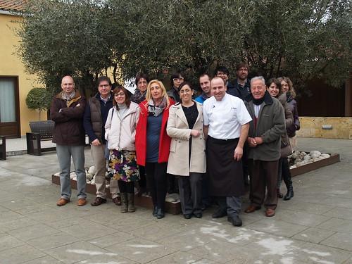 Representants de les entitats socials, empreses i institucions que participen en el primer Recapte d'Aliments-Calçotada Solidària en benefici d'El Sarró-Manlleu Aliments Solidaris.