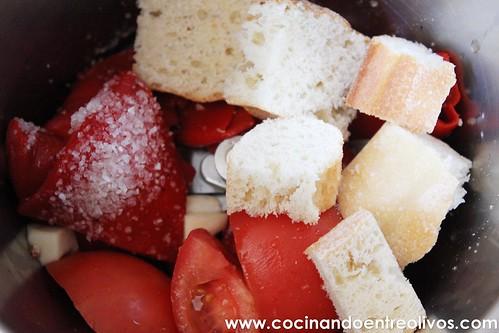 Lasaña negra de gambones y patata sobre salmorejo de piquillos www.cocinandoentreolivos (26)