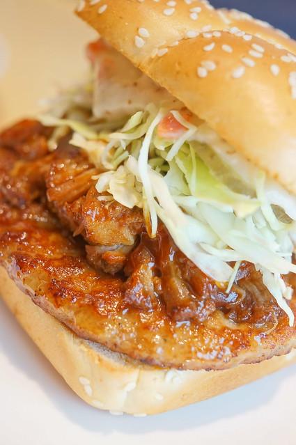 Hawaiian BBQ pork burger 04