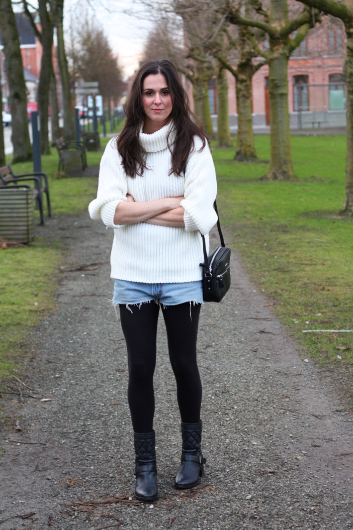 casual outfit: roll neck sweater and levi's shorts