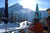 Silvester mit Berghütte. Blick von der Terrasse des Kreuzeckhauses auf Alpspitze und Zugspitze. Foto: Günther Härter.