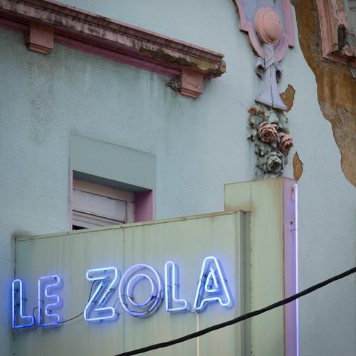 Enseigne lumineuse en néon du cinéma le Zola à Villeurbanne