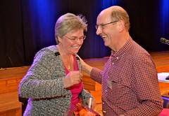 Brassbandfestivalen 2013 - Årets eldsjäl Håkan Johansson gratuleras (Foto: Olof Forsberg)