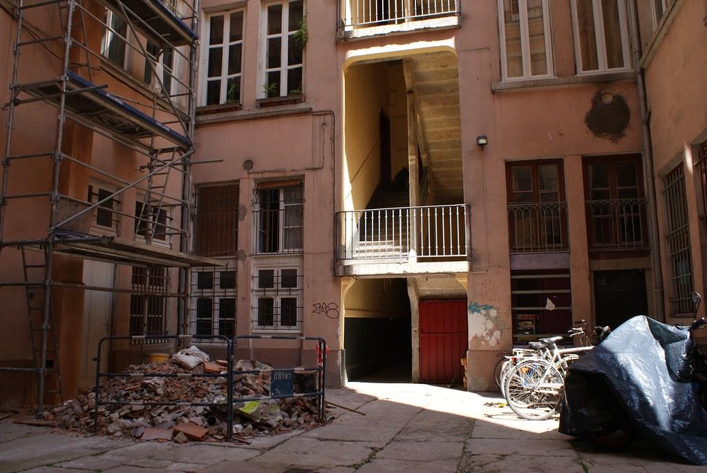 Travaux dans une cour qui traboule du quartier de la Croix-Rousse à Lyon.