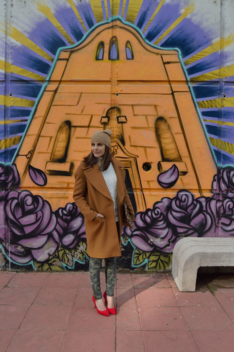 lara-vazquez-madlula-blog-rojo-zapatos-abrigo-marron-camouflage-jeans