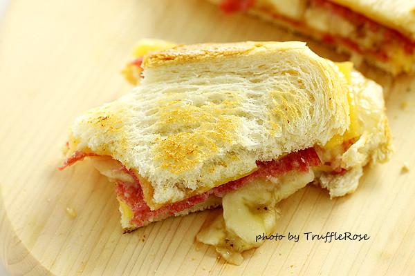 烤香蕉薩拉米起司三明治-20140123