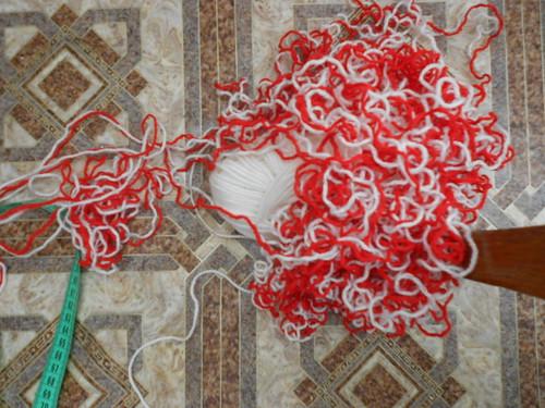 красная и белая пряжа