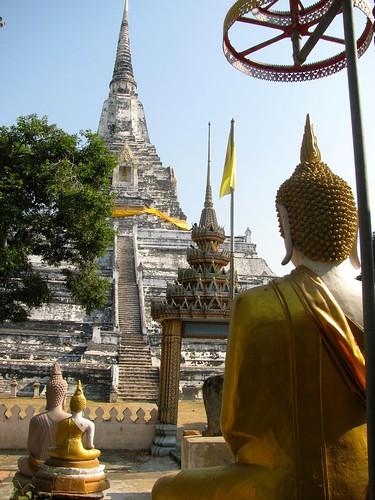 Buda y Chedi de Wat Phu Khao Thong
