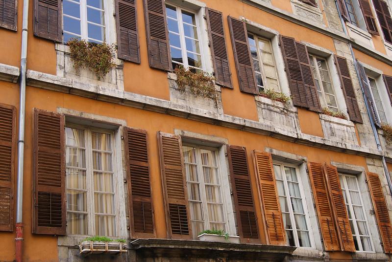 Façade de la place Saint-Léger
