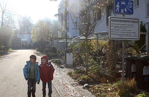 弗萊堡有德國「永續之都」美名,在社區Vauban,房屋之間、門前不作停車場,留給小孩和行人。