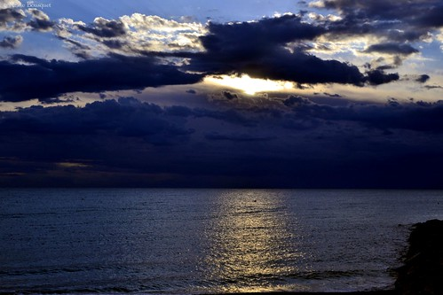mer nature soleil nikon lumière bleu reflet ciel rayon nuage roussillon lever matin aurore leverdesoleil levant aube méditerranée saintemarie catalogne pyrénéesorientales littoral soleillevant suddelafrance tôt bleumarie mariebousquet nikonsd3100 photomariebousquet