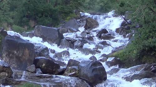 La forza della natura: torrente tra le montagne