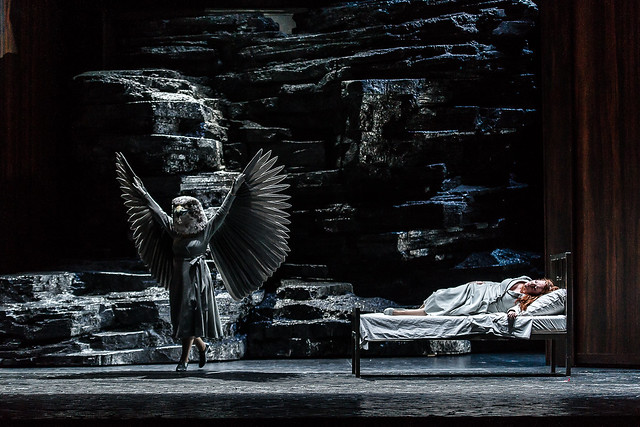 Anush Hovhanissyan as the Falcon and Emily Magee as the Empress in Die Frau ohne Schatten © ROH / Clive Barda 2014