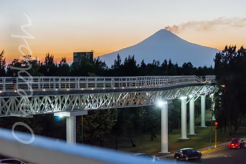 Volcán Popocatépetl desde el Parque lineal - Puebla, México.