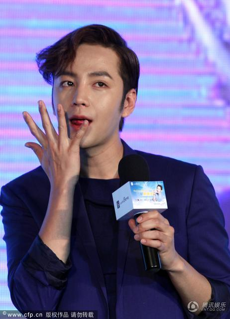 [article] JKS showed his cuteness, his love of eating, gave fans short floral pants on stage 14030684172_f78f14be91_z
