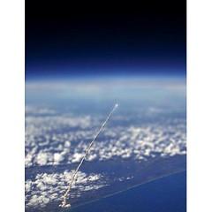 Hac�a d�as que quer�a subirla. Lo hago hoy. Se trata del lanzamiento de un transbordador espacial visto desde la Estaci�n Espacial Internacional. No me digas que no es maravilloso.. :grinning: