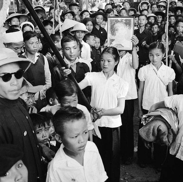 Photo:1965 Thiếu nhi và người dân Hanoi mít tinh chào đón chủ tịch HCM By manhhai