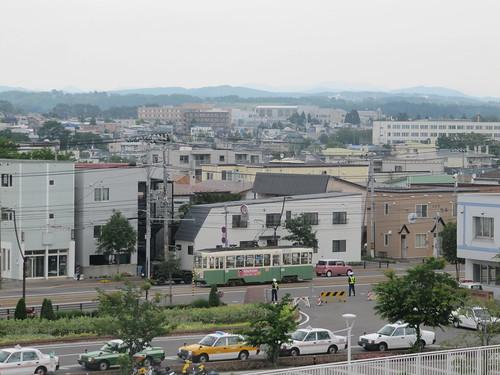 函館競馬場の3階から見下ろした函館市電