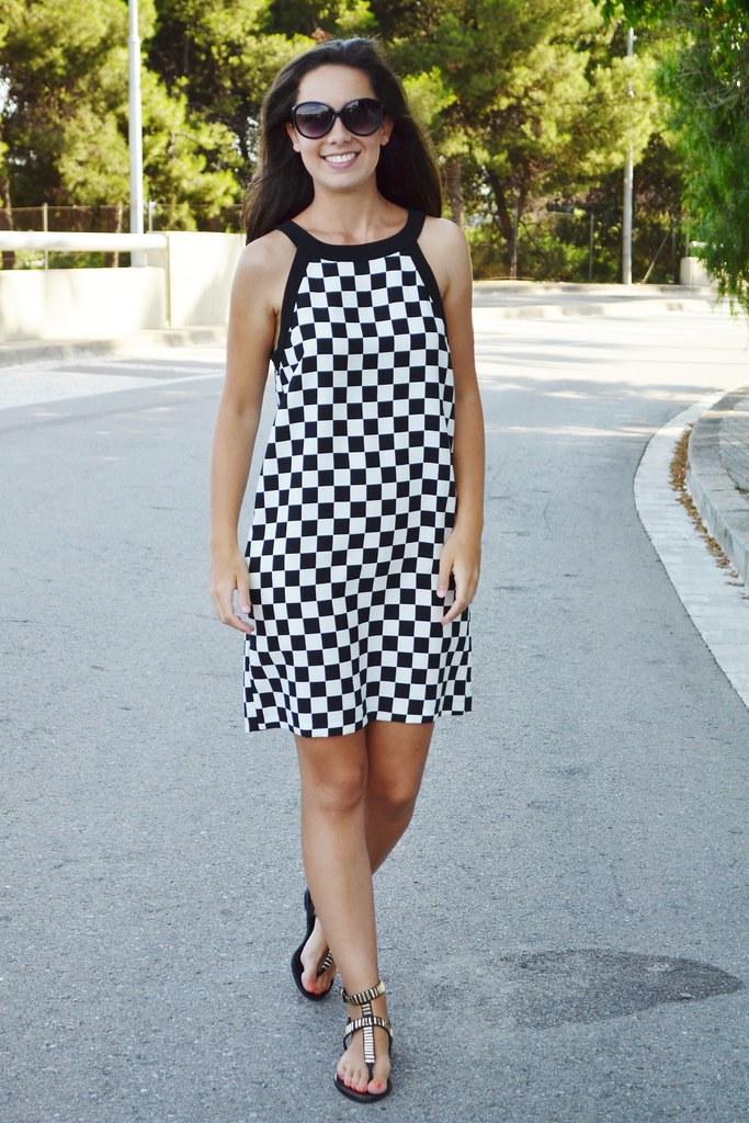 Vestido a cuadros negros y blancos
