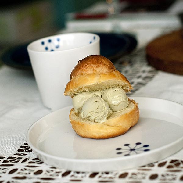 甜點:布里歐麵包夾開心果冰淇淋