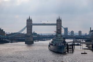 Vue depuis le London Bridge - Tower Bridge et le navire HSM Belfast