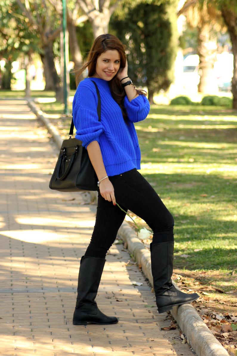 jeans-negros-y-jersey-azul-eléctrico-heelsandroses-(5)