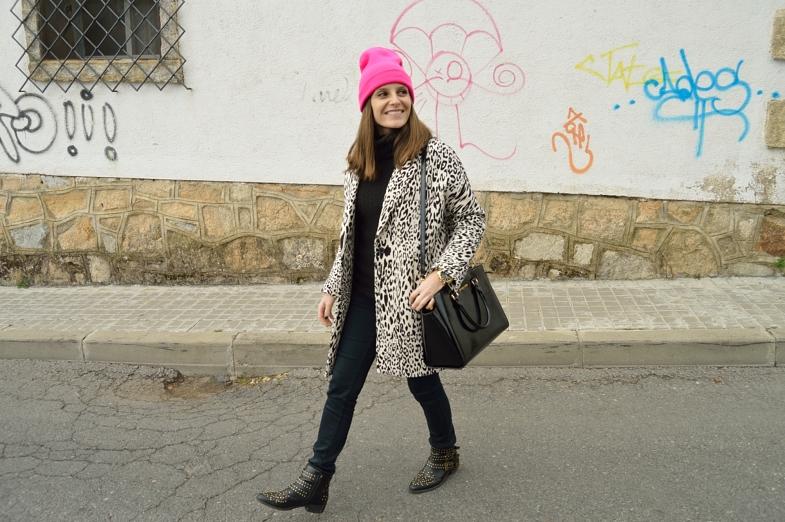 lara-vazquez-madlula-blog-fashion-style-pink-touch-black-white-leopard-coat