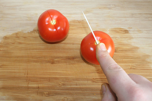 30 - Tomaten kreuzförmig einschneiden / Score tomatoes in cross pattern