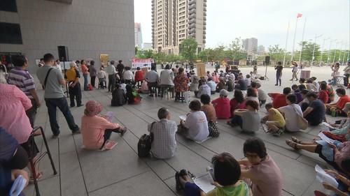 群眾前往市府前抗議