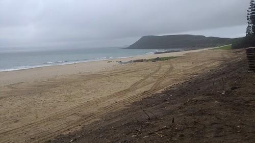 沙灘上的圍籬雖已拆除,但對沙灘來說已造成傷害,要恢復需要時間。圖片來源:行政院環保署。