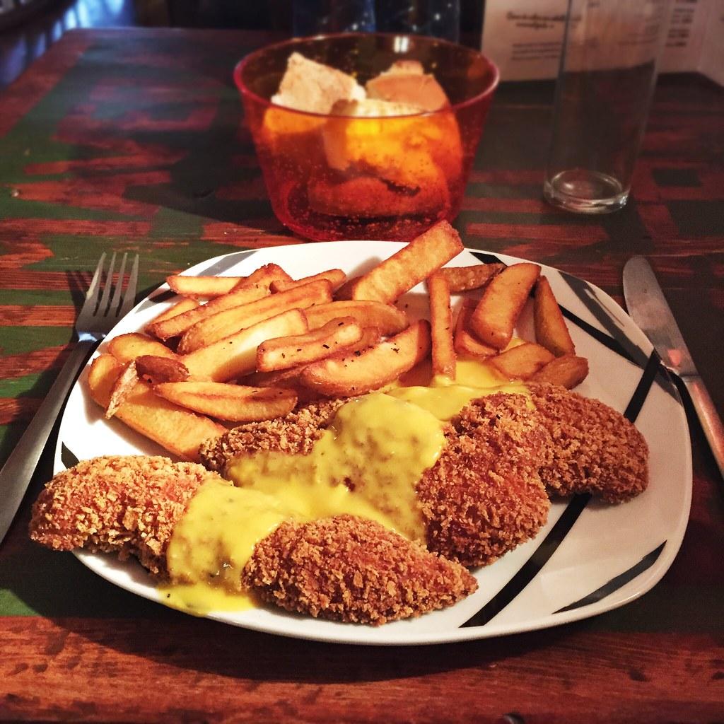 Solomillos de pollo empanados con salsa de mango