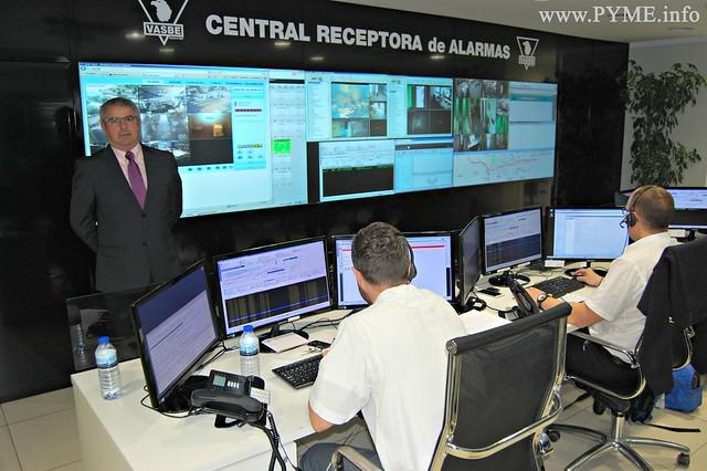 Vicente González, presidente de VASBE, junto a la central receptora de alarmas de la compañía inaugurada en 2013 y referencia en el sector de la seguridad.