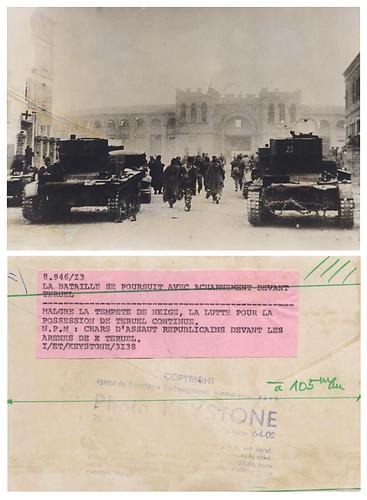 Fotografía de la agencia Keystone: 21 diciembre de 1937, a pesar de la tempestad de nieve, la lucha por la toma de teruel continua, carros de combate (republicanos) delante de la plaza de toros. by Octavi Centelles