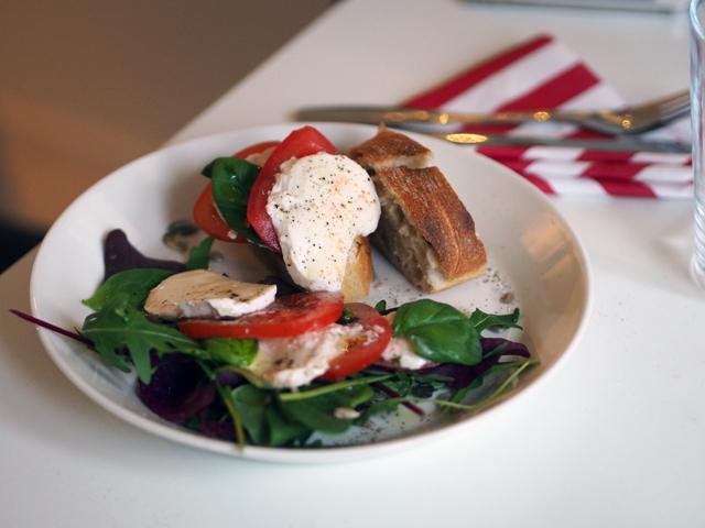 mozarellasalaatti ja ciabatta