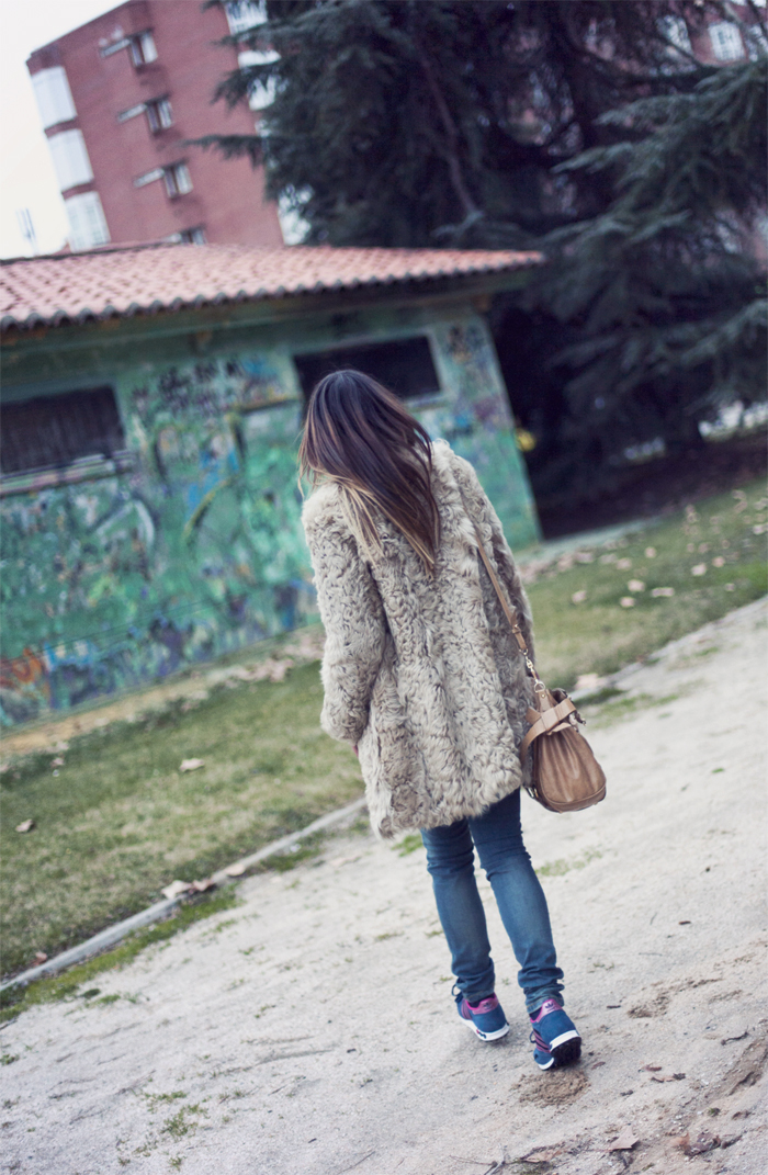 street style barbara crespo shearling coat sheinside sweater adidas sneakers fashion blogger outfit