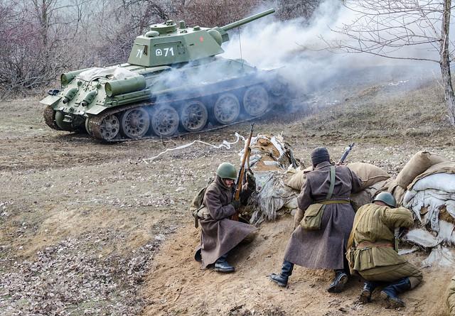 Т-34-76 вдете огонь по противнику