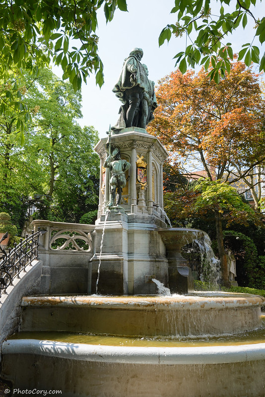 the statue fountain in Petit Sable Park in Brussels