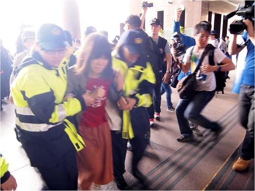 警方帶走樂生抗議民眾。攝影:江佩津。