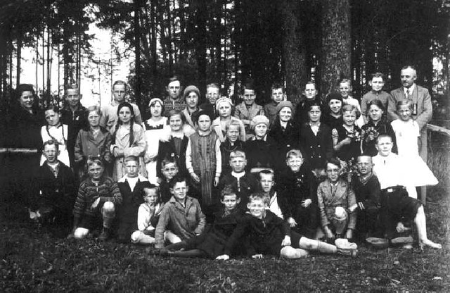063-0001 Klassenbild der Volksschule Magotten mit Lehrer Britt und Fraeulein Boehnke im Jahre 1934. Schueler der Jahrgaenge 1920 - 1924