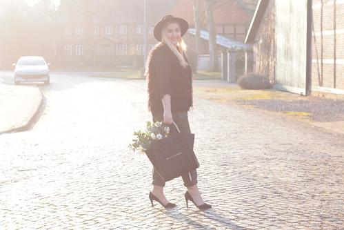 outfit-valentinstag-look-style-trend-blumen-freundin-geschenk-tulpen-weiß-zara-hose-pumps-fashionblog-modeblog