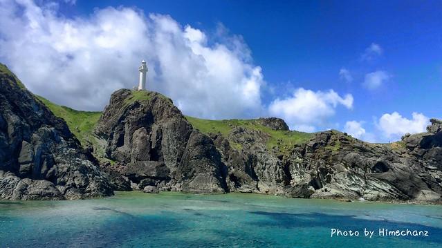 船から見える灯台のある景色。美しや。
