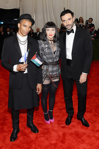Madonna(中)及男友Brahim Zaibat(左),与Givenchy创意总监Riccardo Tisci(右)