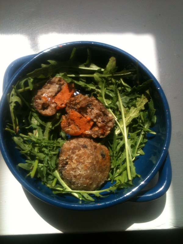 Bowl with rocket salad and risotto balls