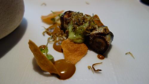 Salsa de mejillón en escabeche con crujiente, pochas emulsionadas y sardinas asadas/ahumadas con puré de jalapeño y micro chanquetes fritos por encima